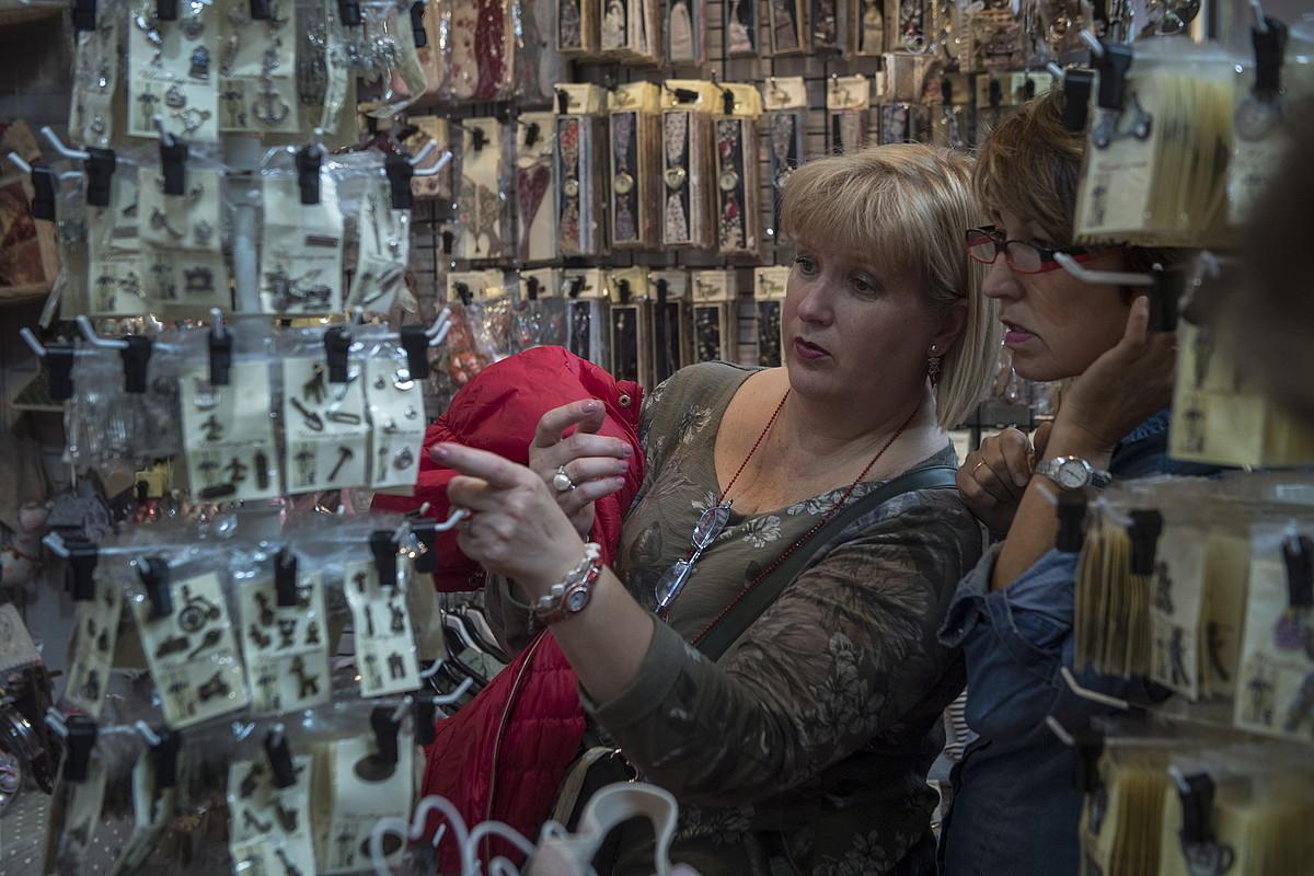 Bi emakume iazko eskulan azokan, Ficoban, eskuz egindako produktuak begiratzen.