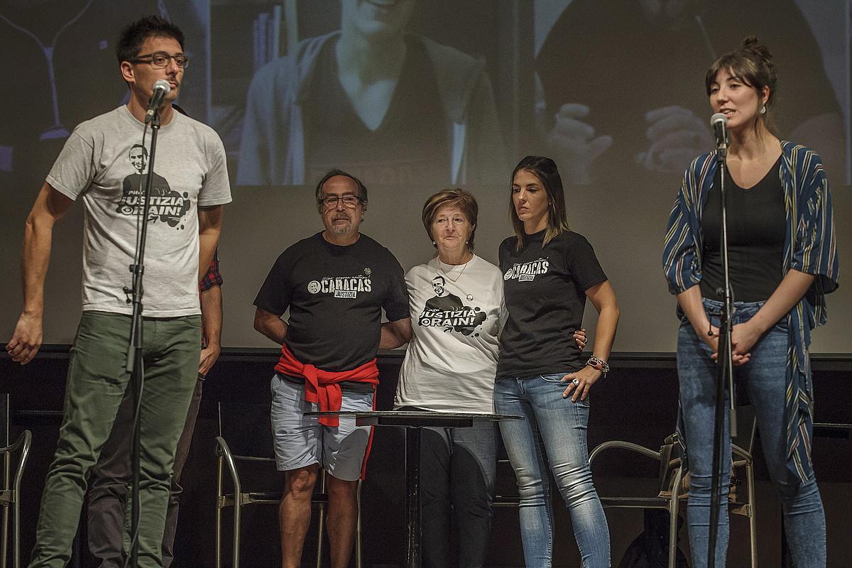 Iñigo Cabacasen senideak eta lagunak, atzo, Bilbon, Kafe Antzokian egindako agerraldian. ©ARITZ LOIOLA / FOKU