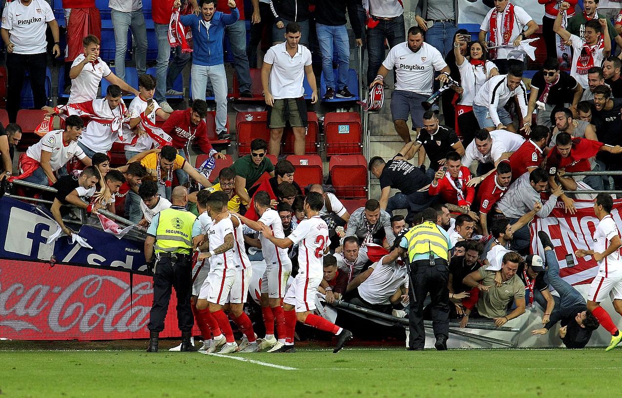 Sevillako zaleen harmailako hesia erori zen, atzo, Ipuruako estadioan. ©G. E. / EFE