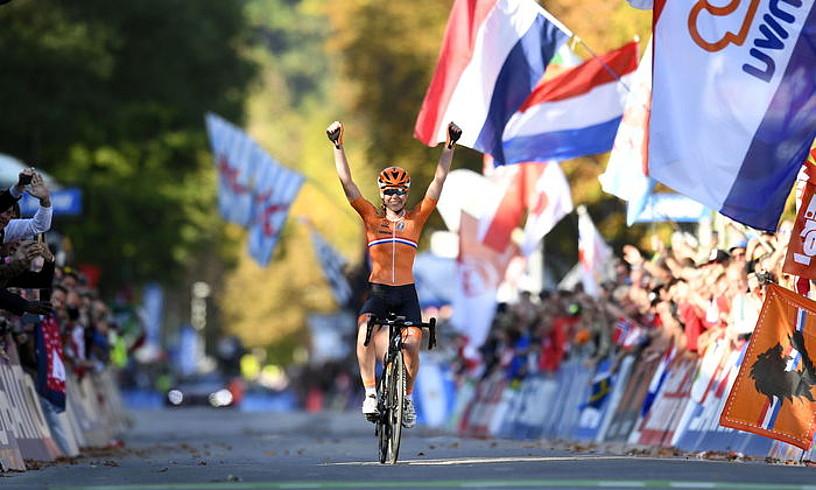Anna van der Breggen, besoak altxatuta helmugan sartzen. ©DANIEL KOPATSCH / EFE