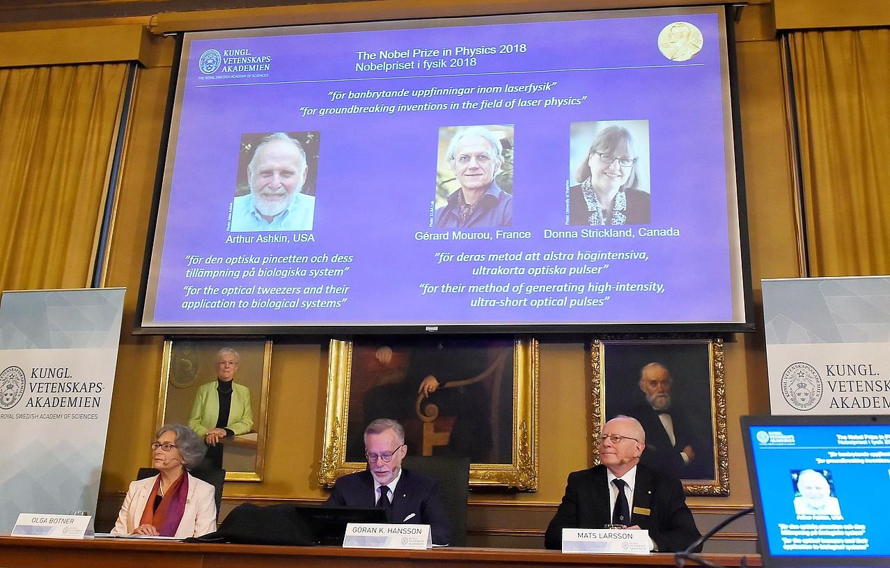 Suediako Zientziaren Errege Akademiako epaimahaikideak, atzo, Fisikako Nobel saria aurkezten. ©HANNA FRANZEN / EFE