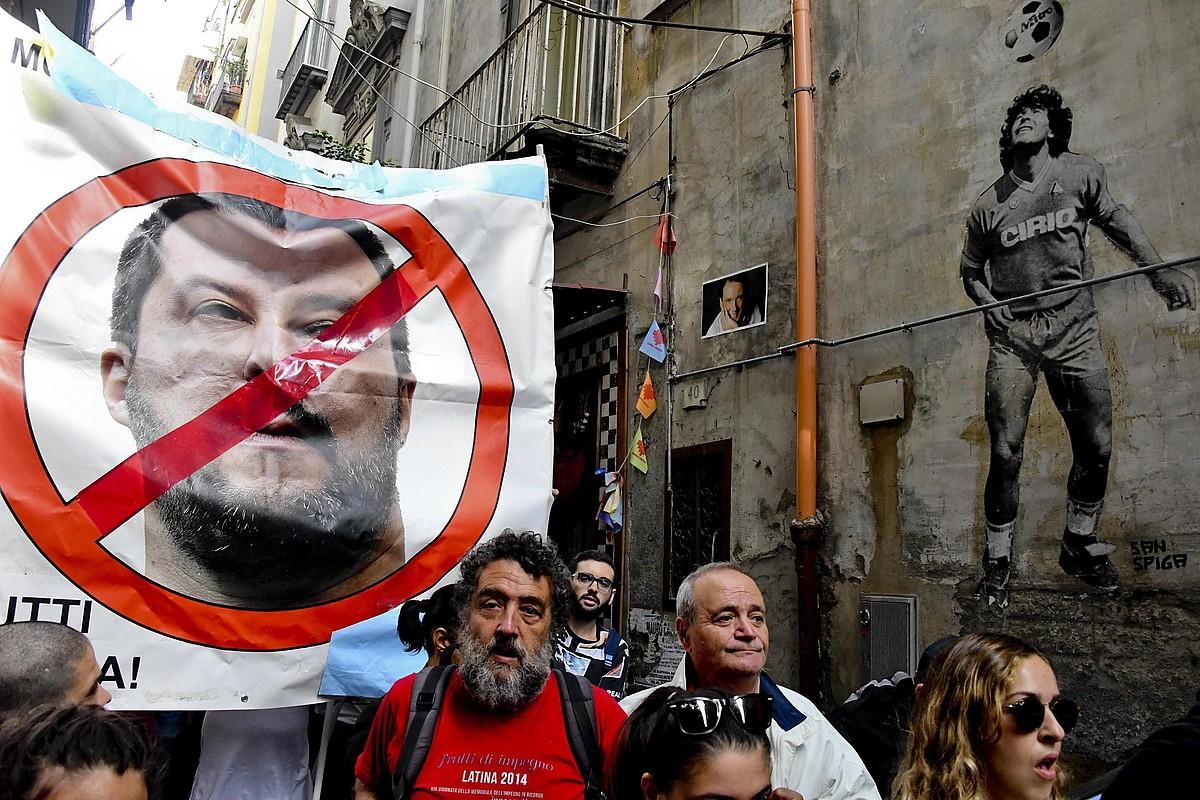 Matteo Salvini Napolin izan zen atzo, eta haren aurkako manifestazioak antolatu zituzten.