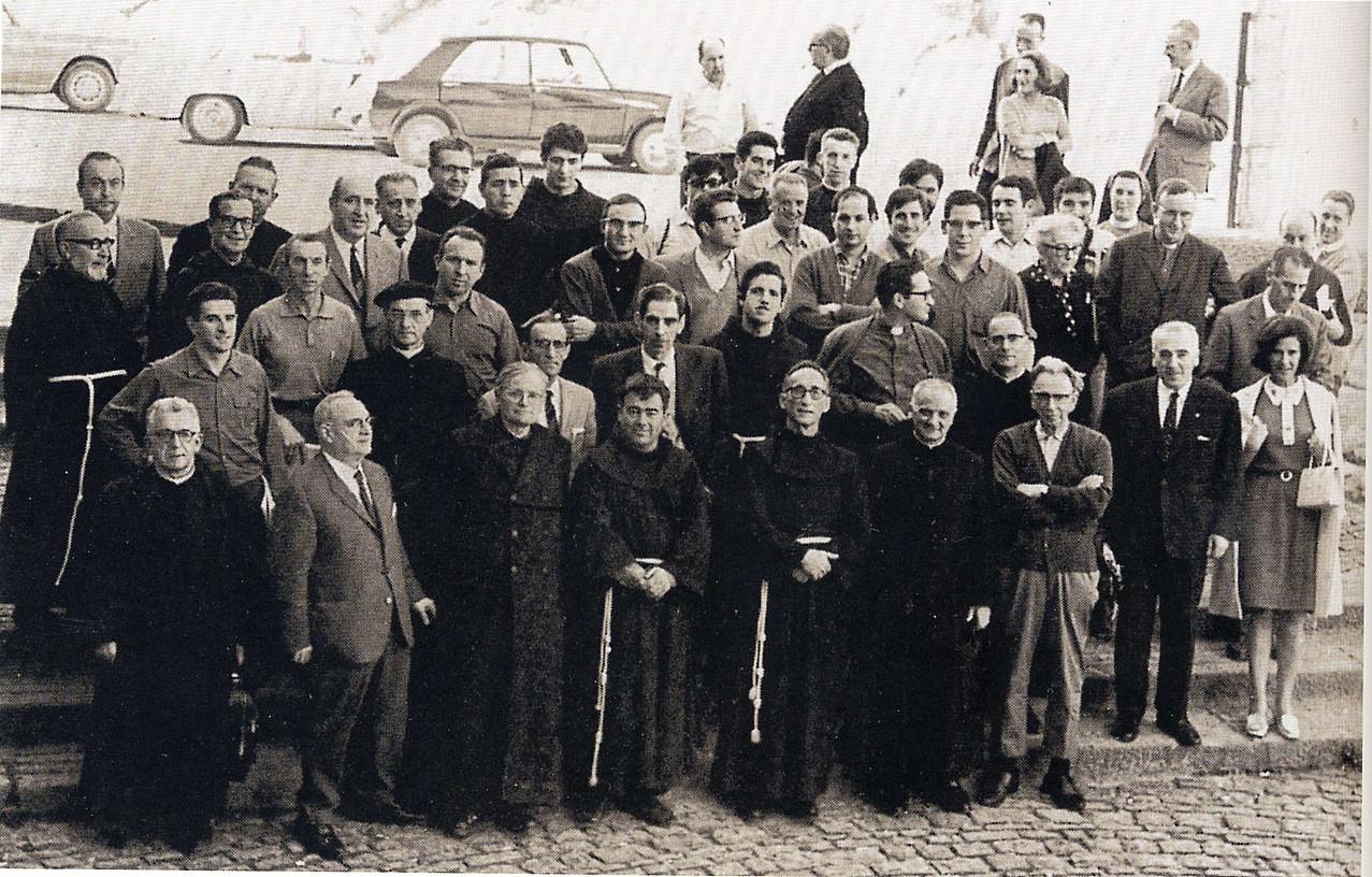 Arantzazuko 1968ko biltzarreko familia argazkia, Arantzazu atarian.