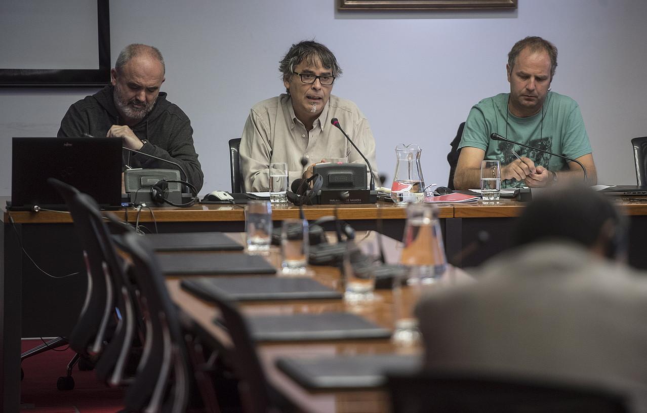 Joxerra Olano eta Paul Bilbao Kontseiluko ordezkariak, atzo, Nafarroako Parlamentuko Euskara Batzordean. ©JAGOBA MANTEROLA / FOKU