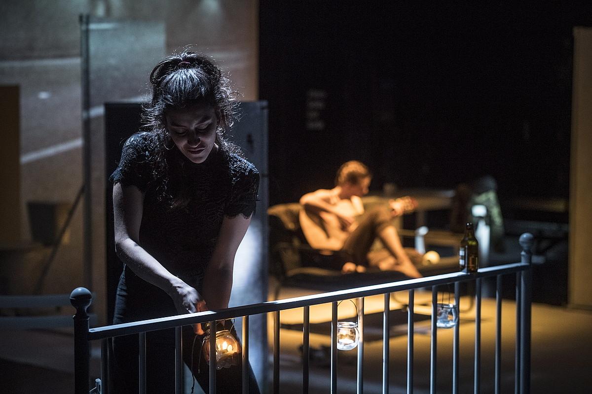 Tania Fornieles eta Nerea Elizalde aktoreak, atzo, Donostiako Viktoria Eugenian. ©JON URBE / FOKU