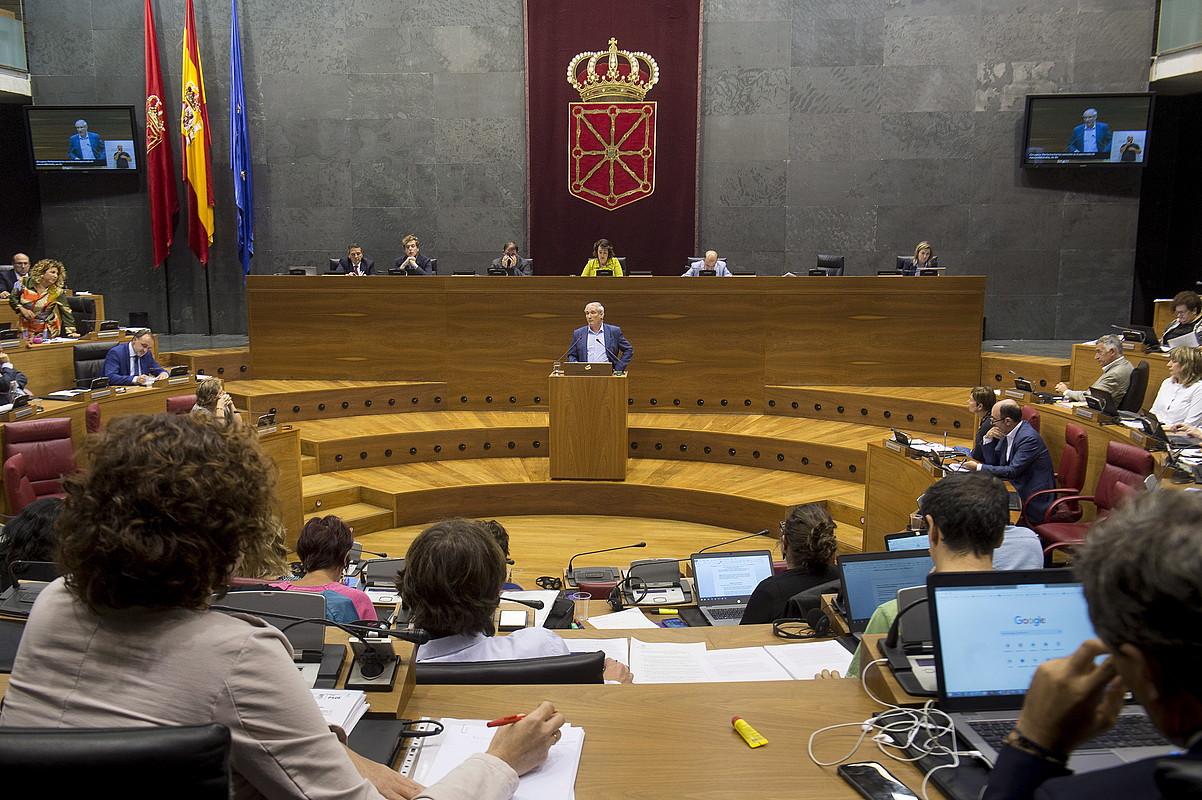 Mikel Aranburu Nafarroako Gobernuko Ogasun kontseilaria atzo, Parlamentuan. ©IÑIGO URIZ / FOKU