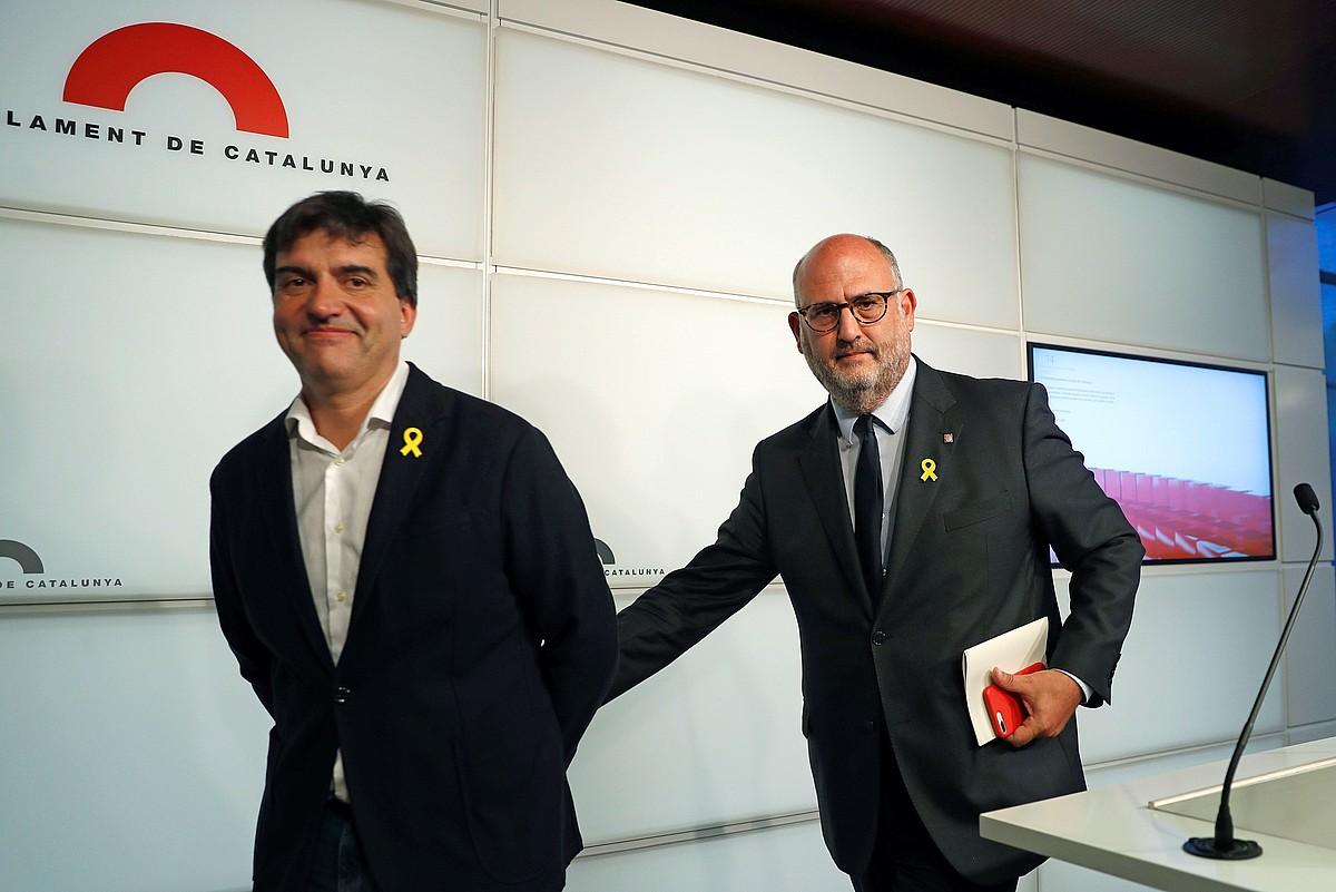 Sergi Sabria (ERC) eta Eduard Pujol (JxC), atzo elkarrekin emandako prentsaurrekoaren ondoren. ©TONI ALBIR / EFE