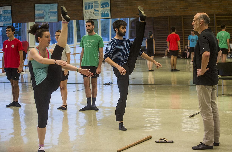 Iñaki Goirizelaia dantzari eta koreografoa —eskuinean—, Amilotx dantza taldeko kideekin ikuskizuna prestatzeko entseguan. ©LUIS JAUREGIALTZO / FOKU