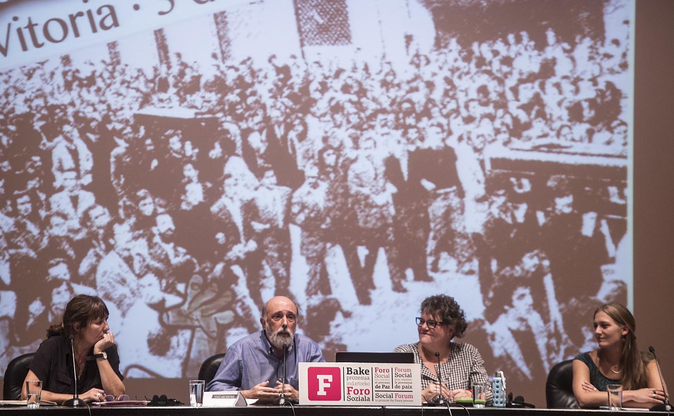 Bertha Gaztelumendi, Paco Etxeberria eta Amaia Kowasch, V. Foro Sozialean, atzo. / JAGOBA MANTEROLA / FOKU