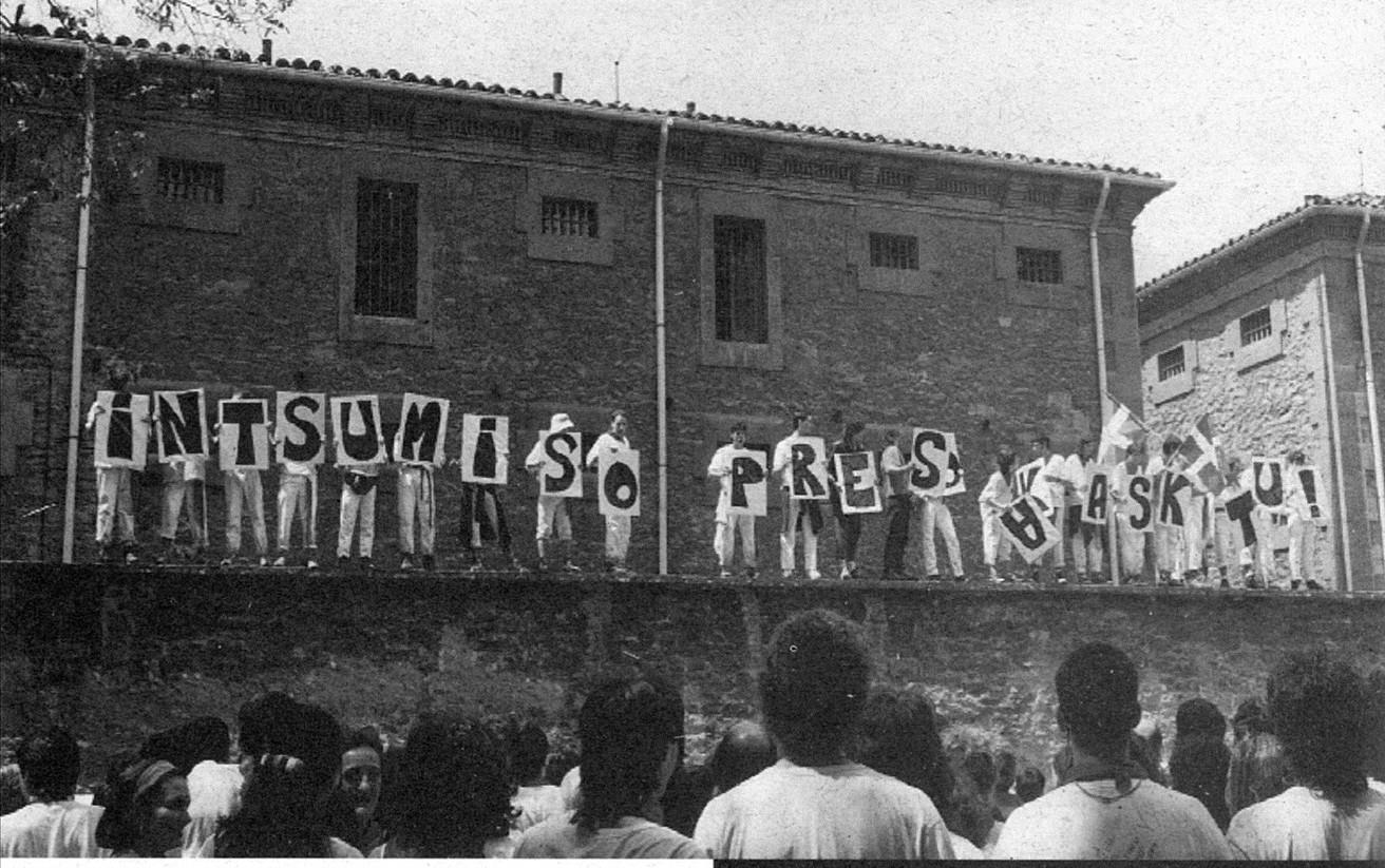 Intsumisioaren aldeko protesta, Iruñeko kartzela zaharraren aurrean, 1995eko sanferminetan. ©ZORTZIKOA