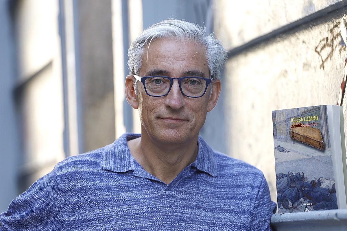 Joseba Lozano idazleak atzo aurkeztu zuen <em>Larrutik ordaindua</em> nobela, Donostian. Alberdaniarekin argitaratu du. &copy;MAIALEN ANDRES / FOKU