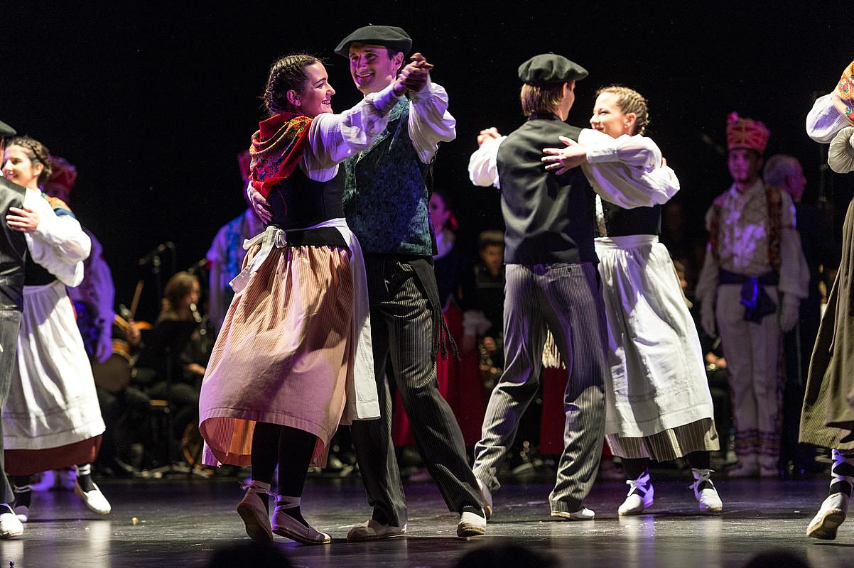 Iruñeko Oberena dantza taldeak parte hartuko du gaurko topaketan.