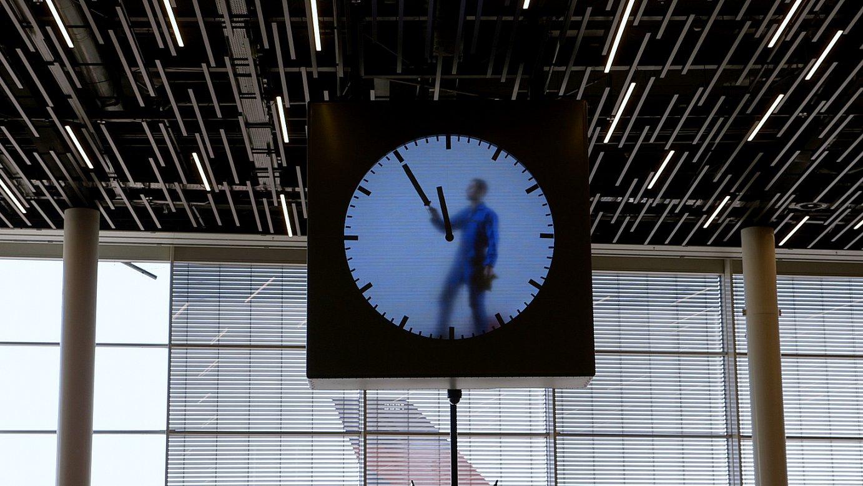 <em>Time Thieves</em>-eko fotograma bat, denboraren inguruko performance batena. &copy;BERRIA