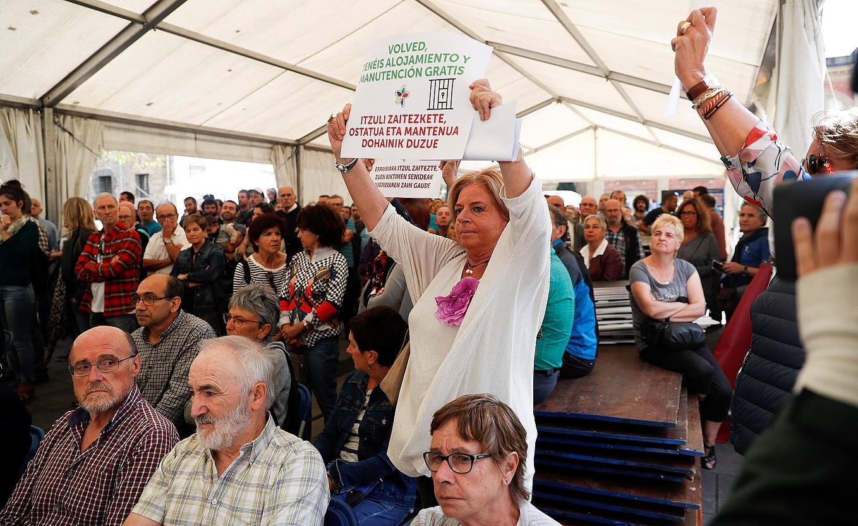 Consuelo Ordoñez Covite elkarteko lehendakaria, atzo, Tolosako ekitaldi nagusian. / JAVIER ETXEZARRETA / EFE