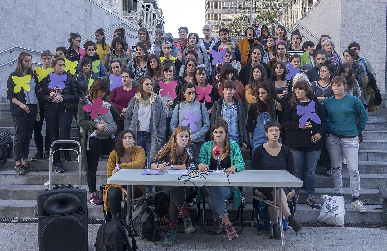 Haritz Varelaren aurka salaketa jarri duten emakumeak eta haiei babesa agertzera joandakoak, atzo. ©ANDONI CANELLADA / FOKU