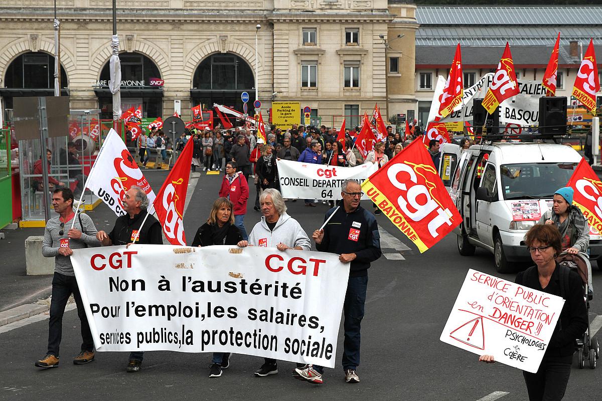 CGT sindikatuko kide batzuk pankartarekin, Frantziako greba deialdiaren harira atzo goizean Baionan egin zen manifestazioan. ©AURORE LUCAS