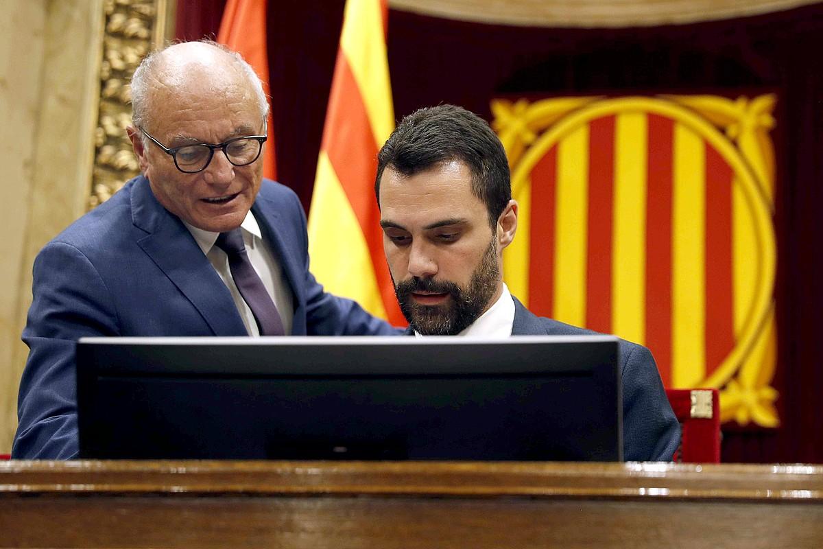 Roger Torrent Kataluniako Parlamentuko presidentea (eskuinean), alboan Xavier Muro ganberako abokatuetako bat duela, atzo.