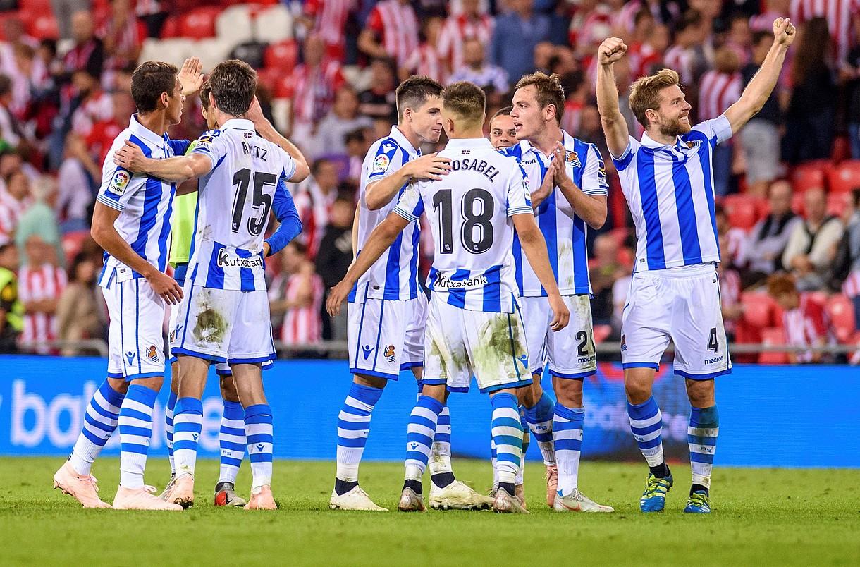 Realeko jokalariak, Athletici irabazi izana ospatzen, joan den ostiralean, San Mamesen. ©JAVIER ZORRILLA / EFE