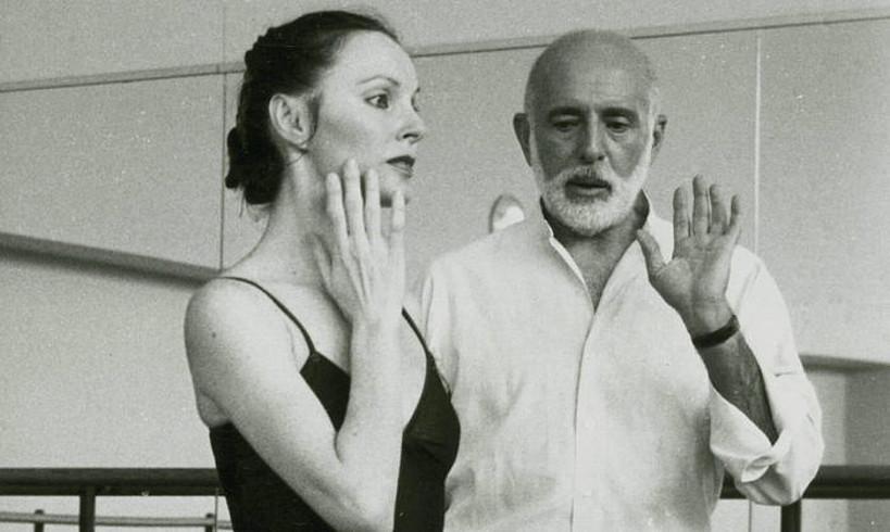 Jerome Robbins koreografoa, dantzari batekin hizketan entsegu batean. ©BERRIA