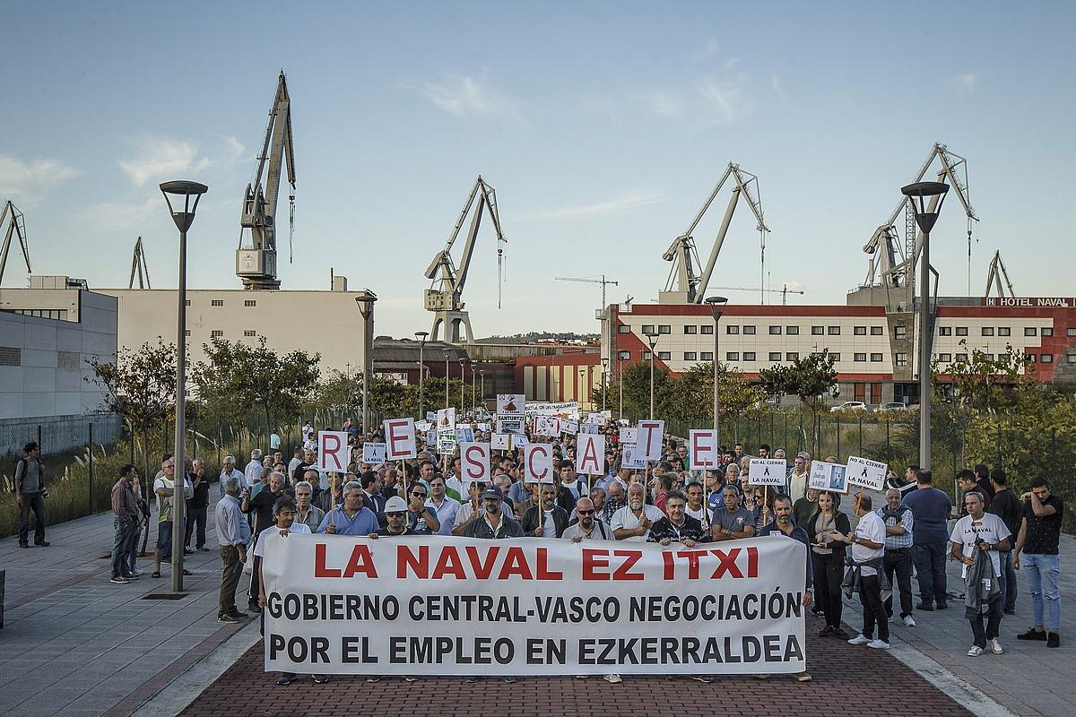 Manifestazioaren hasiera, Naval ontziolaren sarreran, atzo, Sestaon. ©ARITZ LOIOLA / FOKU