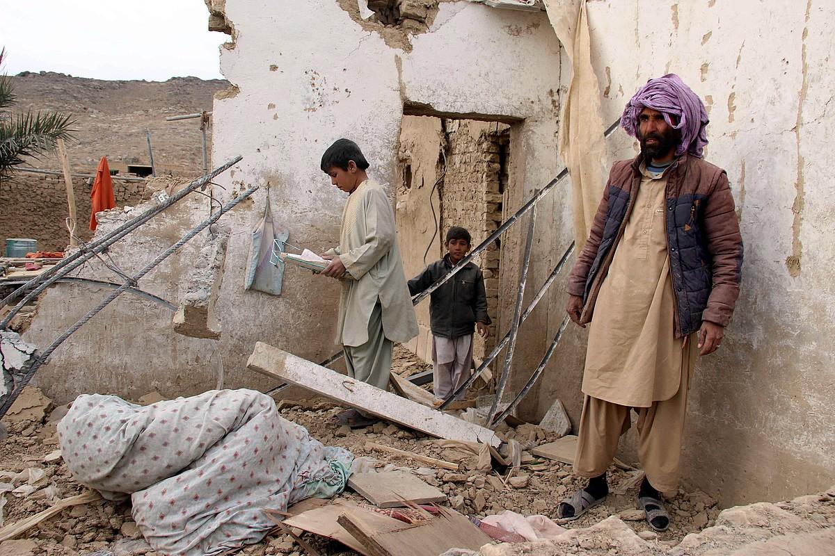 Kandaharko zibil batzuk euren etxea miatzen, atentatu baten ostean. ©MUHAMMAD SADIQ / EFE
