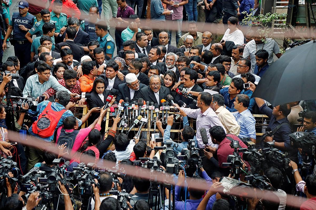 Defentsaren abokatuak, prentsaren aurrean, atzo, Dhaka hiriburuan, sententziaren berri ematen. ©MONIRUL ALAM / EFE
