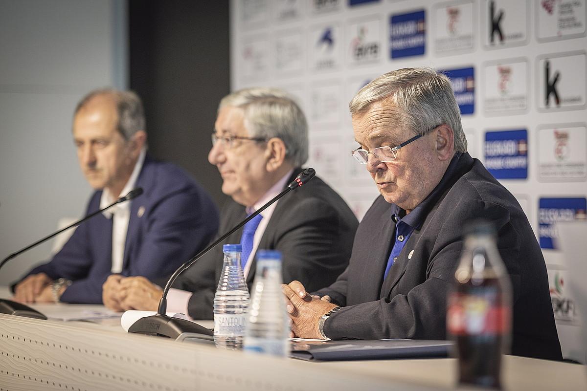 Mikel Etxarri, hizketan, atzoko aurkezpenean. Jose Mari Amorrortu eta Luis Mari Elustondo ageri dira haren ondoan.