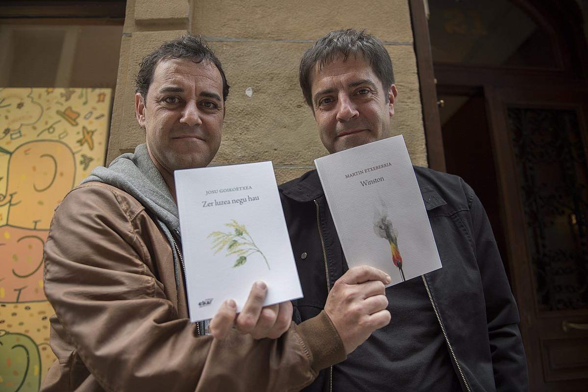Martin Etxeberria eta Josu Goikoetxea, nor bere liburu berria eskuan, atzo, Donostian. ©JUAN CARLOS RUIZ / FOKU