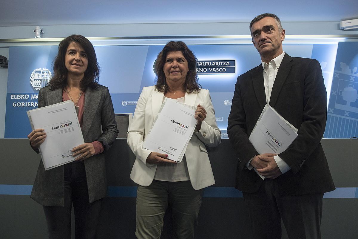 Aintzane Ezenarro, Maite Alonso eta Jonan Fernandez, atzo, <em>Herenegun</em> programaren materialak aurkezteko Donostian eginiko agerraldian. / JON URBE / FOKU