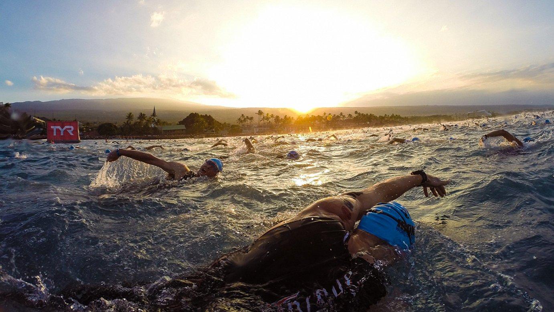 Hawaiiko ironmaneko parte hartzaileak, ahalegin betean, igeriketako saioan. ©BERRIA