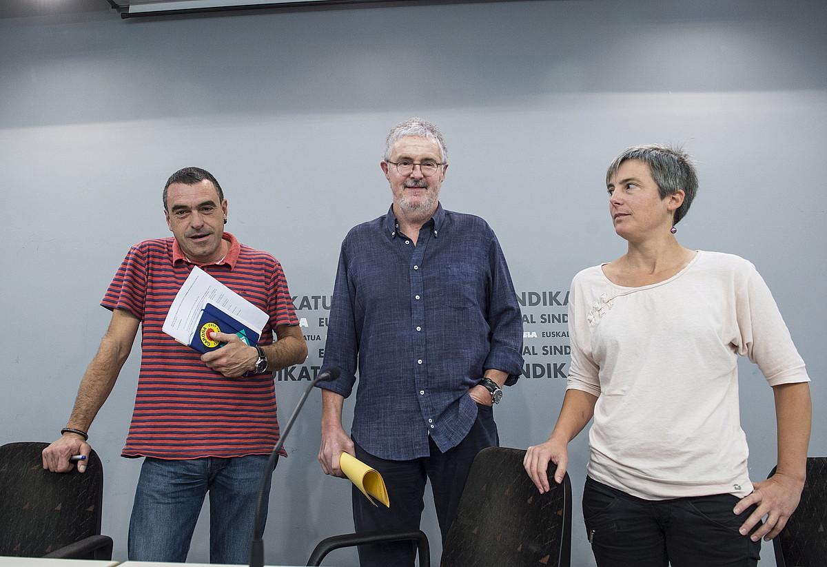 Joseba Villarreal, Adolfo Muñoz, eta Amaia Muñoa, atzo, Bilbon egin zuten agerraldian. ©MARISOL RAMIREZ / FOKU