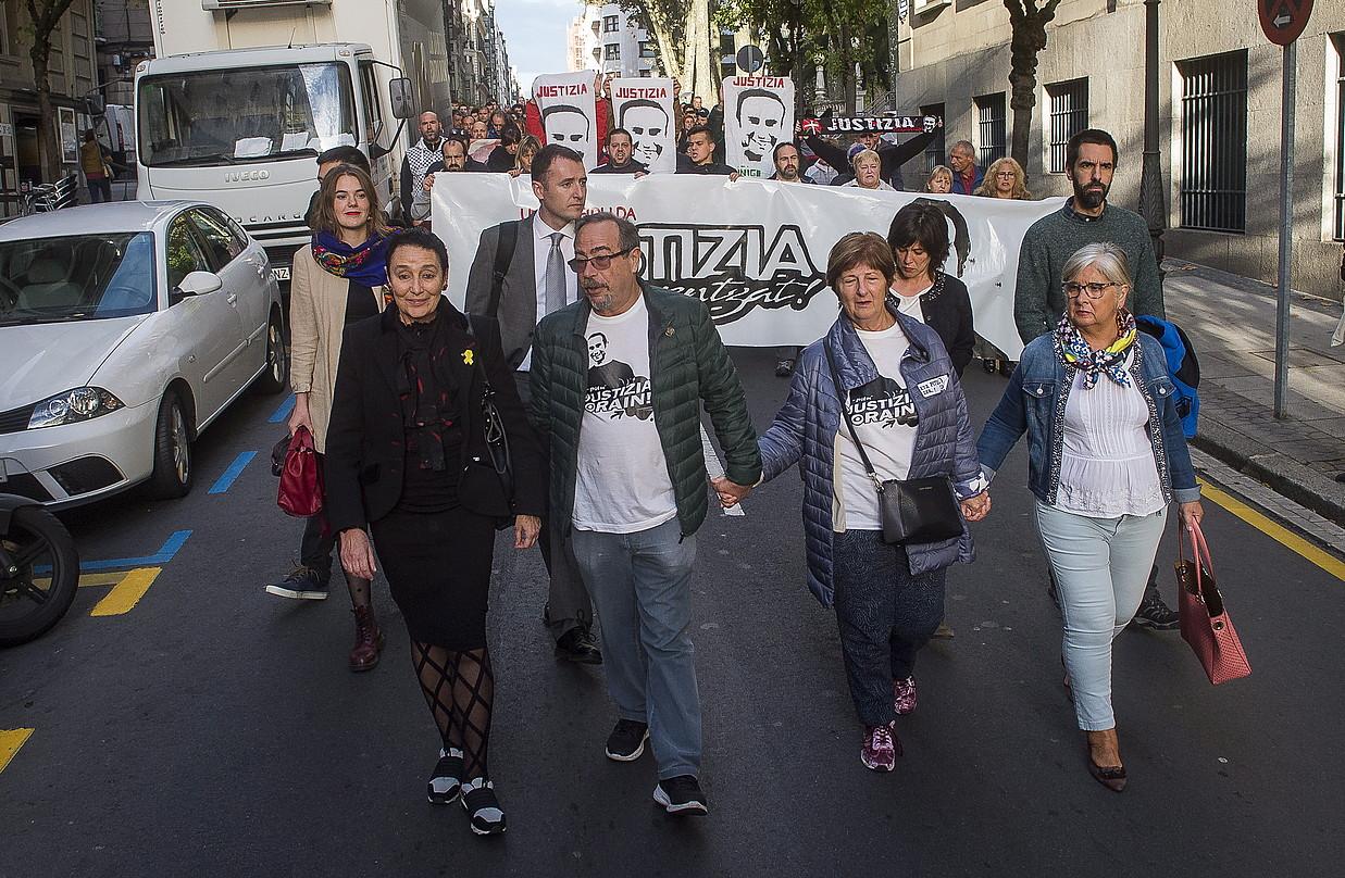 Gurasoak, manifestazioaren buruan, epaitegira bidean. ©MONIKA DEL VALLE / FOKU