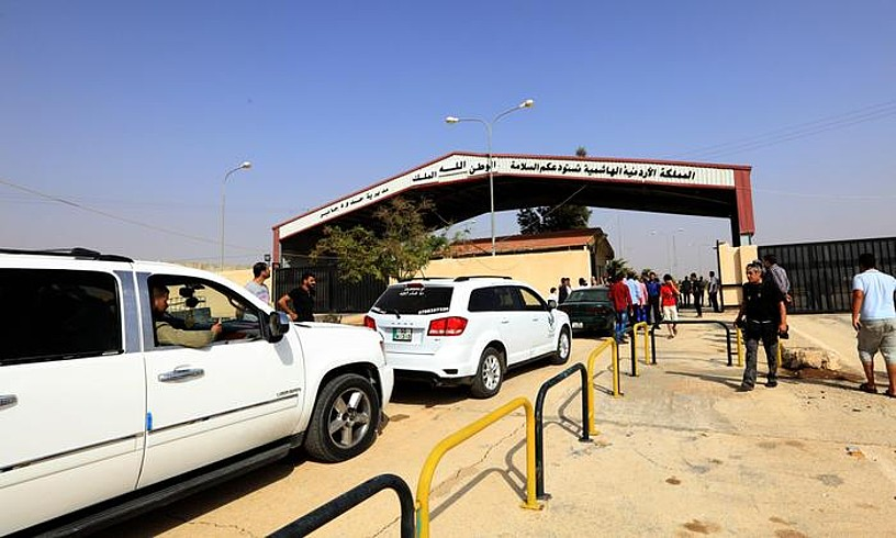 Siria eta Jordania arteko muga pasabide nagusia zabaldu zuten atzo goizean. Nassib eta Jaber hiriak lotzen ditu, eta hiru urtez egon da itxita. ©STRINGER / EFE