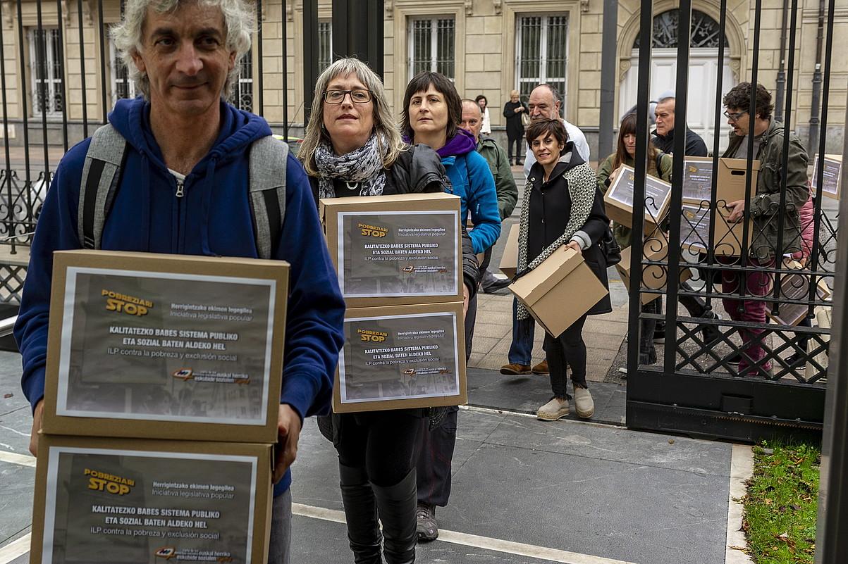 Euskal Herriko Eskubide Sozialen Gutuneko ordezkariak, bildutako sinadurak legebiltzarrera sartzen, atzo Gasteizen. ©JAIZKI FONTANEDA / FOKU