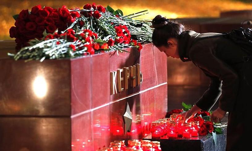II. Mundu Gerrako heroien monumentuan eskolako biktimen aldeko loreak utzi zituzten, atzo, Kertxen. ©MAXIM SHIPENKOV / EFE