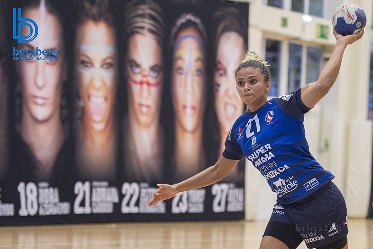 Adriana Cardoso Bera Berako jokalaria jaurtiketa bat egiten, Castelloren aurkako partidan, Bidebietan.