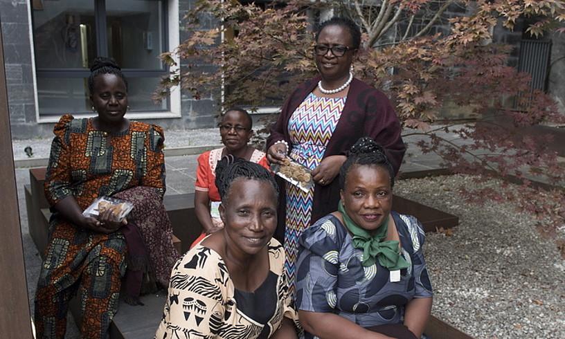 Landa eremuko ekoizpenetan dihardute Tanzaniako emakumeek.