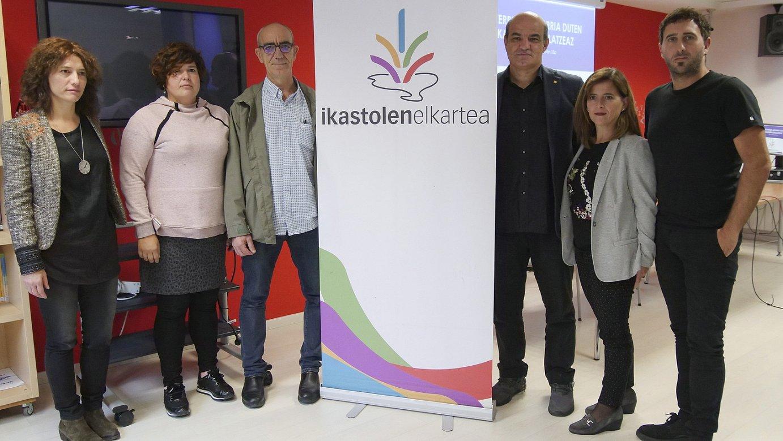 Ikastolen Elkarteko Artezkaritza kontseiluko kideak, atzo, proposamena aurkezteko agerraldian.