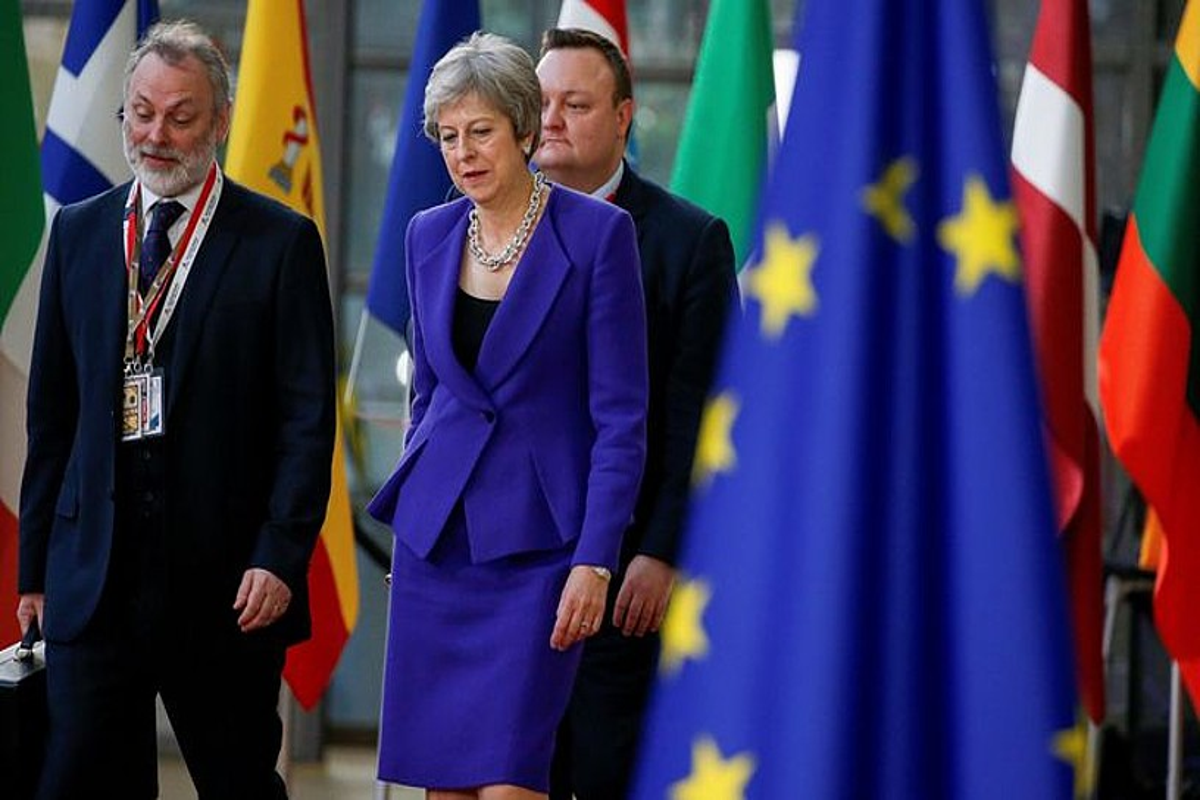 Tim Barrow Erresuma Batuak Europako Batasunean duen ordezkaria eta Theresa May Erresuma Batuko lehen ministroa, atzo, Bruselan. ©JULIEN WARNAND / EFE