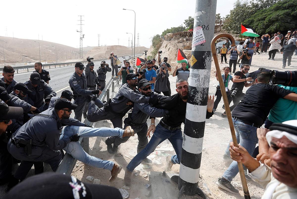 Palestinarrak eta Israelgo poliziak atzoko talketako batean. ©A. AL-HASHLAMOUN/ EFE