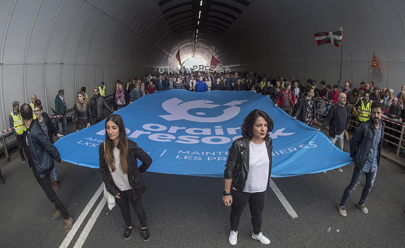 Orain Presoak dinamikak deitutako manifestazioa, atzo, Donostian, Antiguako tunelean hasteko prest. / JON URBE / FOKU