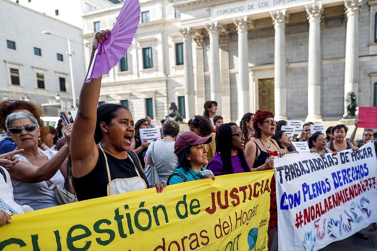 Etxeko langileen eskubideen aldeko protesta, Espainiako Kongresuaren aurrean, Madrilen, ekainean. ©EMILIO NARANJO / EFE