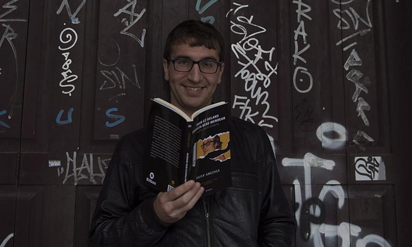 Asier Amezaga, Arestiren inguruan idatzi duen saiakera liburua eskuetan, atzo, Donostian. ©JUAN CARLOS RUIZ / FOKU