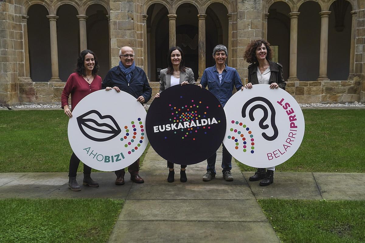 Euskaltzaleen Topaguneko kideak, eta erakundeetakoak: Eusko Jaurlaritza, Nafarroako Gobernua eta EEP. ©JON URBE / FOKU