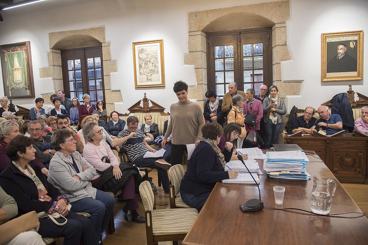 Bete egin zen atzo Hondarribiko Udaletxeko areto nagusia, alardeari buruzko eztabaidan. ©GORKA RUBIO / FOKU