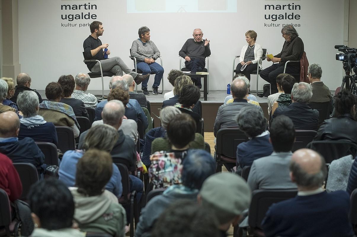 Beñat Sarasola, Itxaro Borda, Anjel Lertxundi, Miren Azkarate eta Joxerra Garzia, atzo, Martin Ugalde Foroan.