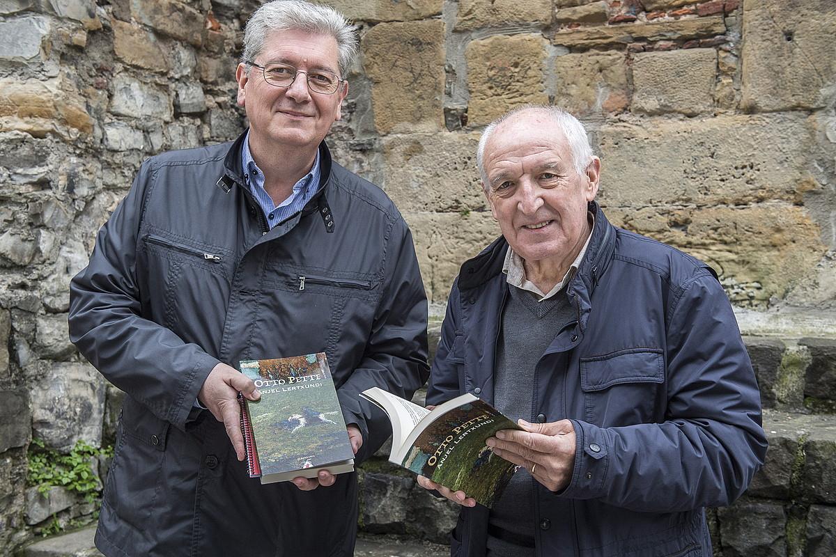 Inazio Mujika Iraola eta Anjel Lertxundi, atzo, Donostian, liburuaren argitalpen berria eskuetan. ©GORKA RUBIO / FOKU