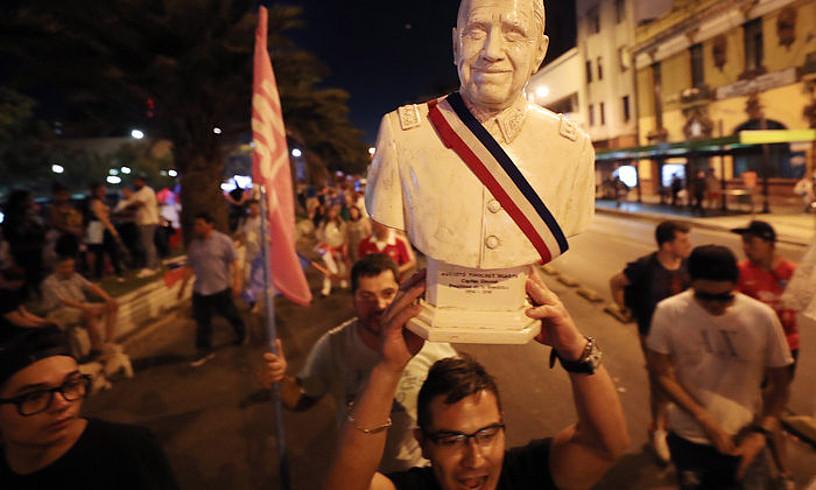 Sebastian Piñera Txileko hautagai kontserbadorearen jarraitzaileak, presidentetzarako hauteskundeen garaipena ospatzen, 2017an, Augusto Pinochet diktadorearen busto batekin. ©MARIO RUIZ / EFE