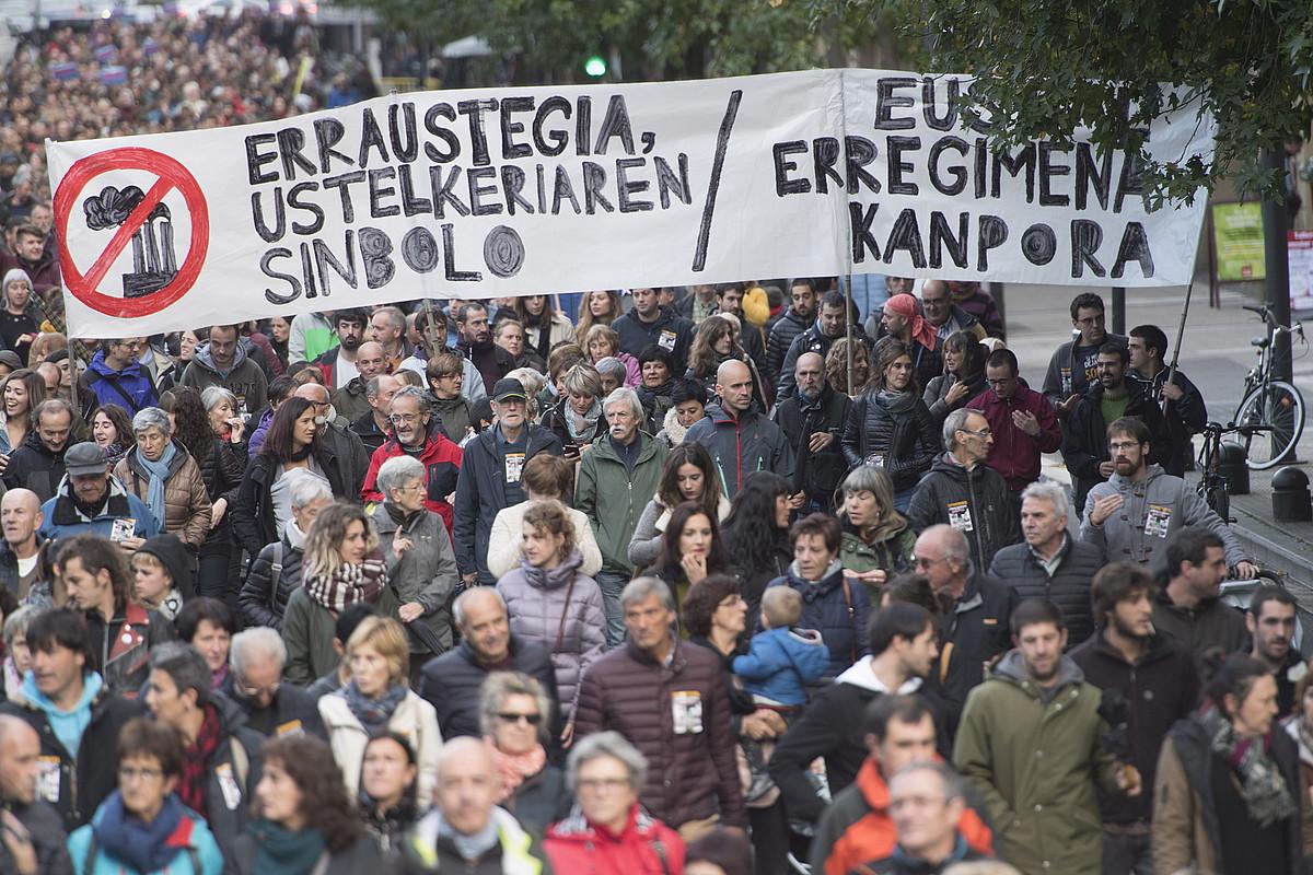 Milaka lagunek parte hartu zuten Zubietako erraustegiaren kontrako protestan. Argazkian, Bulebarrean. ©J. C. RUIZ / FOKU