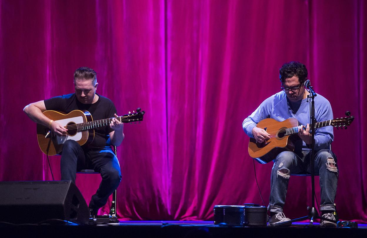 Damien Jurado estatubatuarra (ezkerrean), Josh Gordon gitarristarekin batera aritu zen tarte batean. ©MARISOL RAMIREZ / FOKU